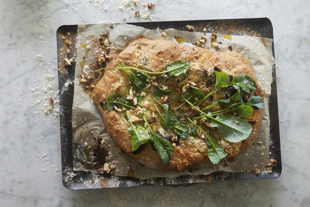 Tatsoi- och Svartkålspizza med valnötter och gorgonzola