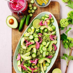 Avocado och gurksallad med Svegro Örtpesto Grönkål