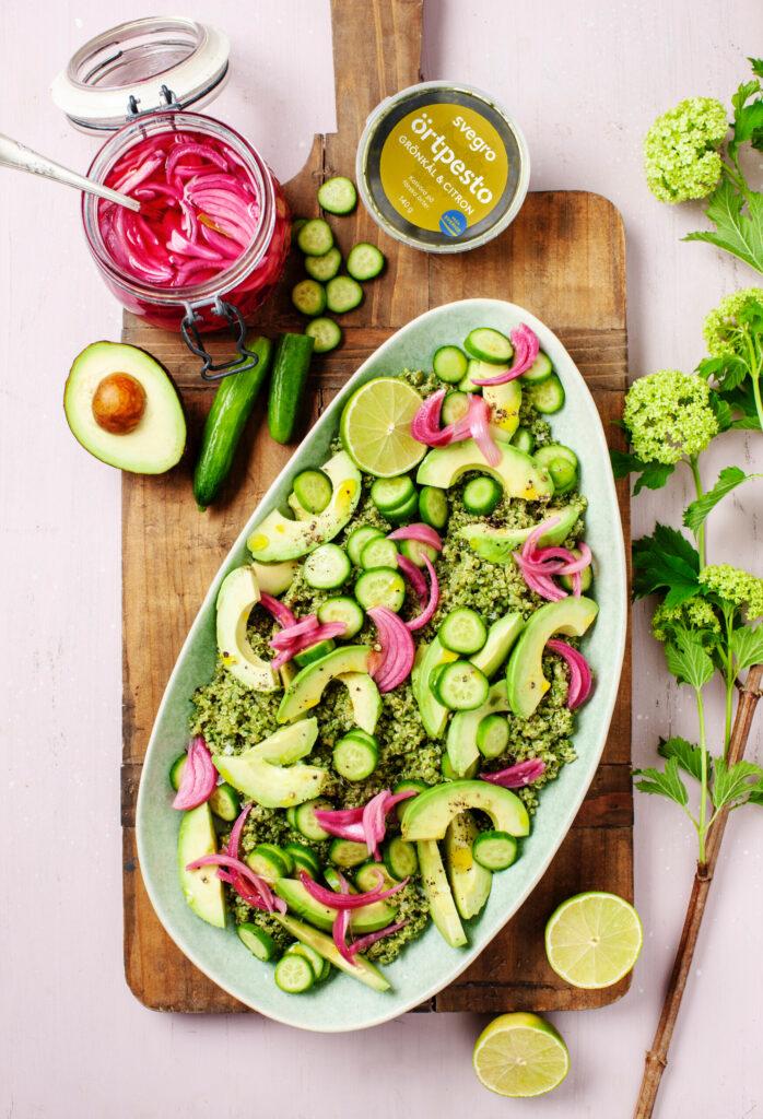 Avokado- och gurksallad med örtpesto och picklad lök