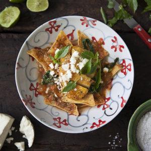 Röd Chilaquiles med grillad kycklingfile & Limebasilika