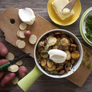 Vinägerstekt Cheriepotatis med Kruspersilja och smetana