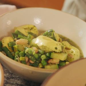 Snabb grönsakssoppa med tortellini och örtpesto