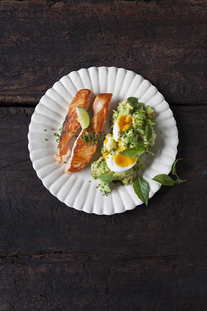Halstrad lax med avokado, limebasilika & äggsallad