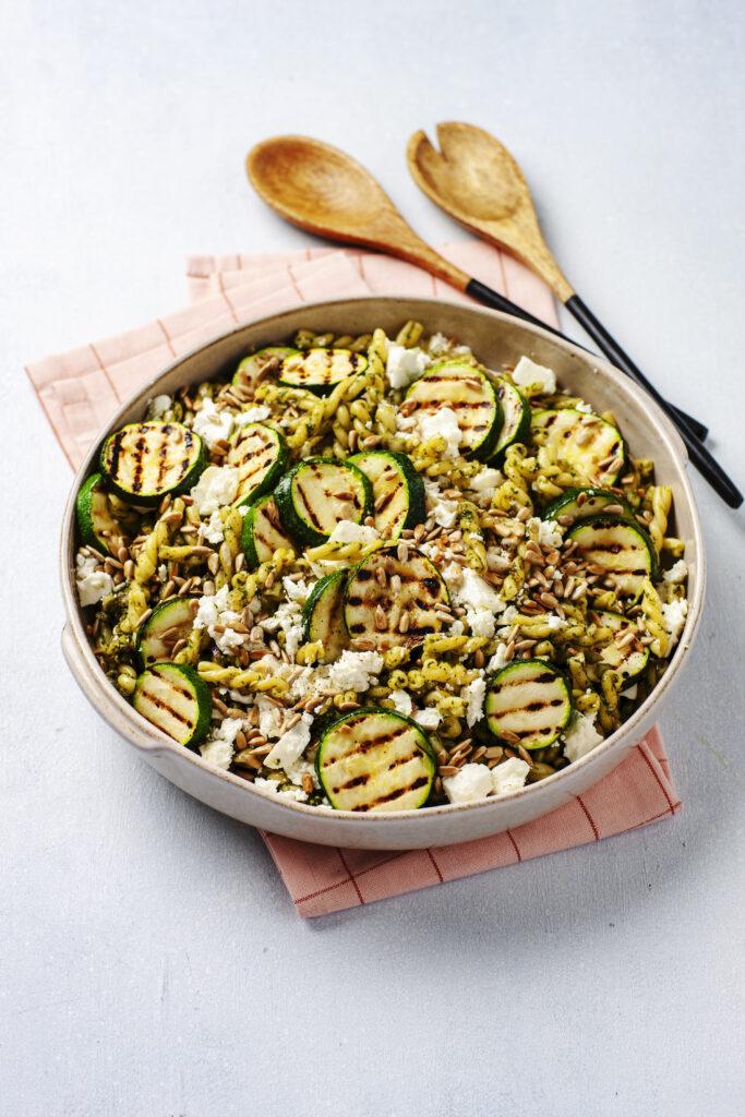 Pastasallad med örtpesto och grillad zucchini