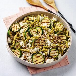 Pastasallad med grillad zucchini, rostade solrosfrön och fetaost - Svegro Örtpesto