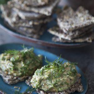 Rosmarin- och chiakrispknäcke med avokado- och jordnötstopping
