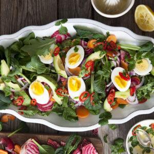 Kål- och avokadosallad med ägg och polkabeta