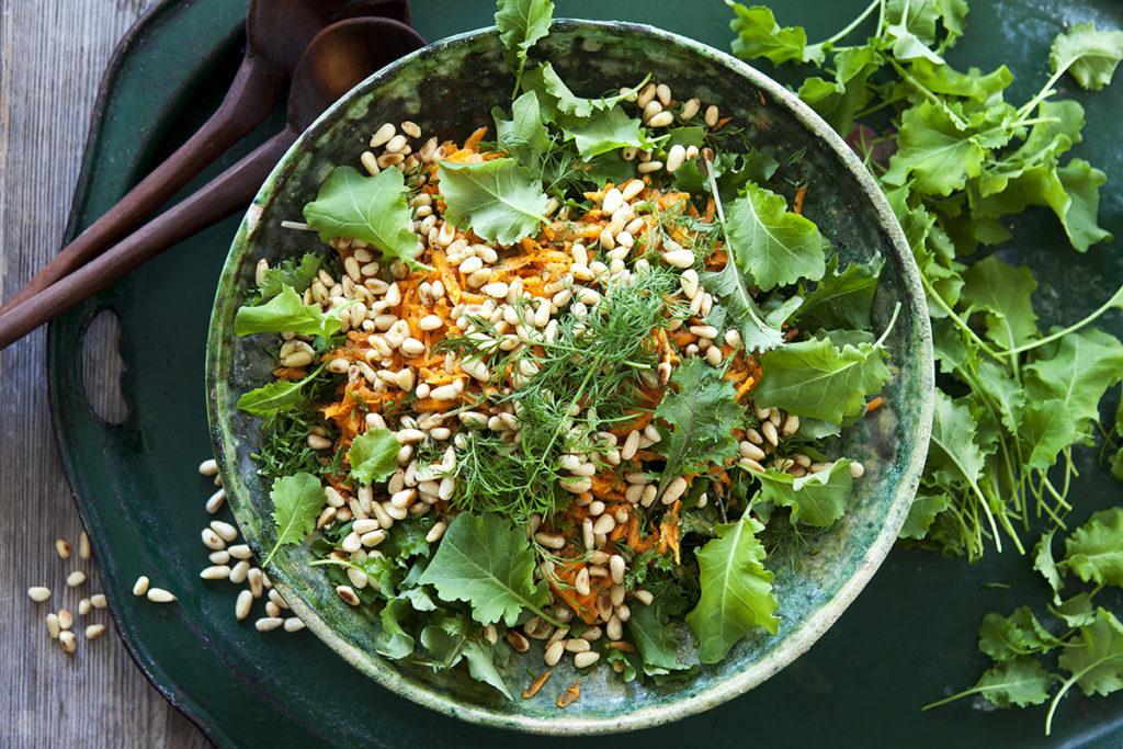 Grönkåls- och morotssallad med rostade pinjenötter