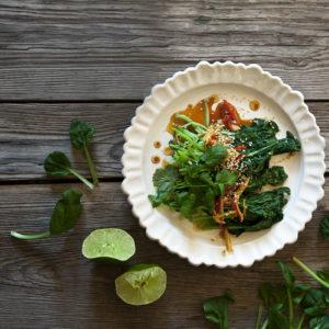 Kokt Tatsoi med ingefära, chili, Koriander, soya, sesamolja, sesamfrön och lime
