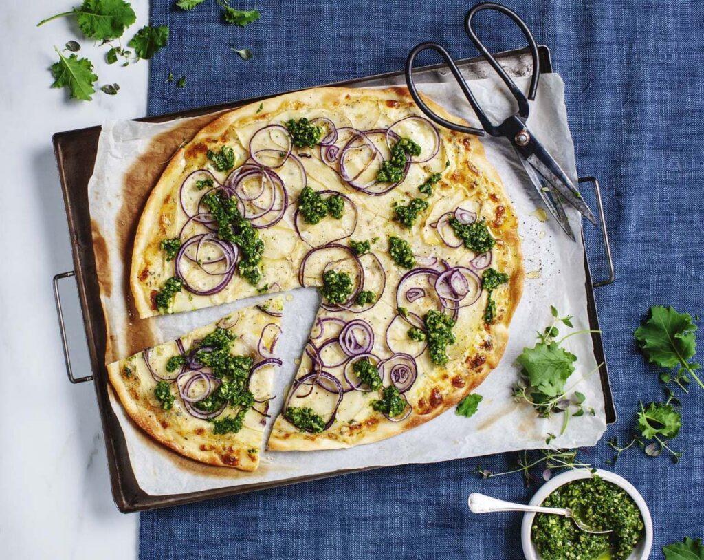 Pizza bianco med prästostcrème och Örtpesto Grönkål