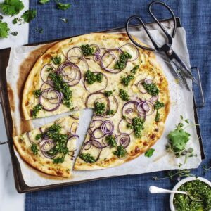 Pizza bianco med prästostcrème, amandine, rödlök och grönkålspesto