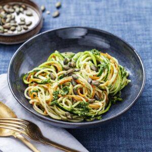 Spaghetti med grönsakssnudlar, citron, grönkålspesto och rostade pumpakärnor