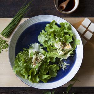 Tofu med ingefära, soja, Vitlöksgräs & Limebasilika i salladsblad