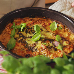 Torskgratäng med örtpesto, soltorkade tomater och västerbottenost