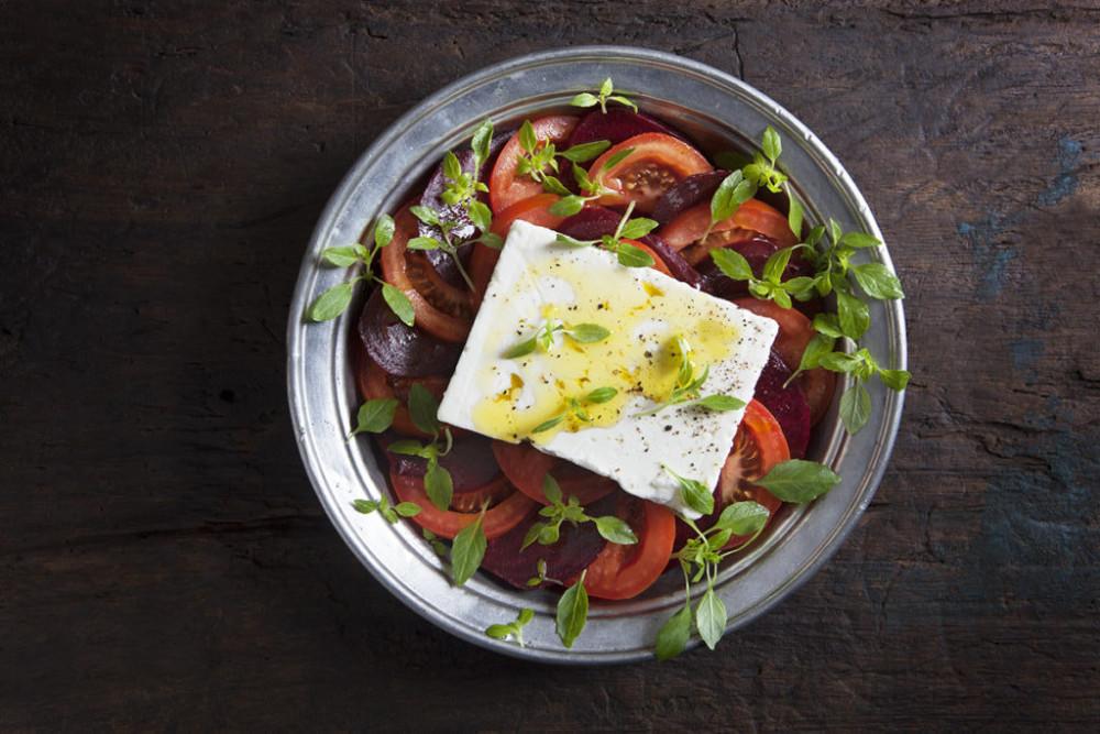 Receptförslag: Tomat- och rödbetssallad med grekisk basilika