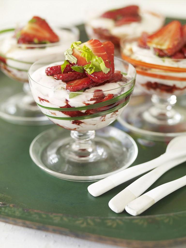 Mynta och jordgubbscheesecake i glas med Basilikamarinerade jordgubbar