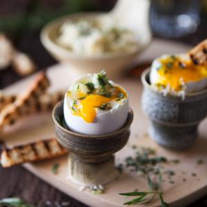 Löskokta ägg med grillade brödstick samt dragon- och parmesansmör