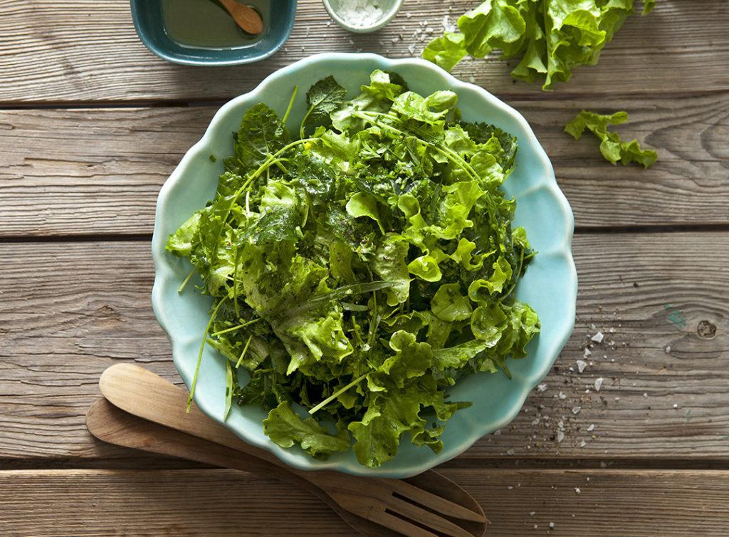 Grönskande sallad med enkel vinägrett