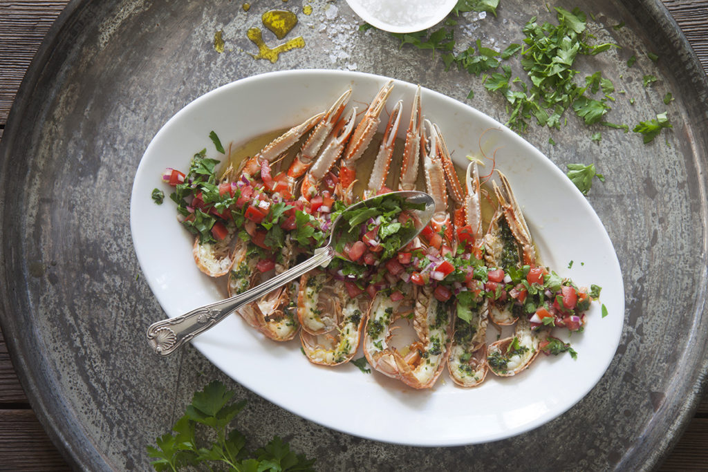 Gratinerade havskräftor med tomat- och rödlökssalsa