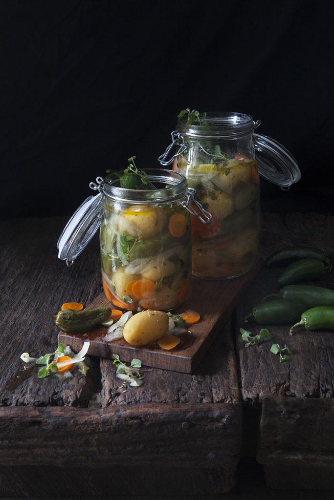 Picklad potatis med morötter, jalapeño och Oregano