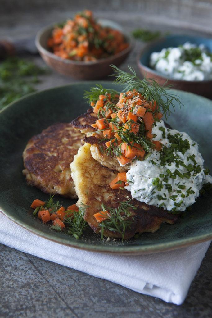 Potatisplättar med Gräslök- och pepparrotskvarg samt Morotssallad