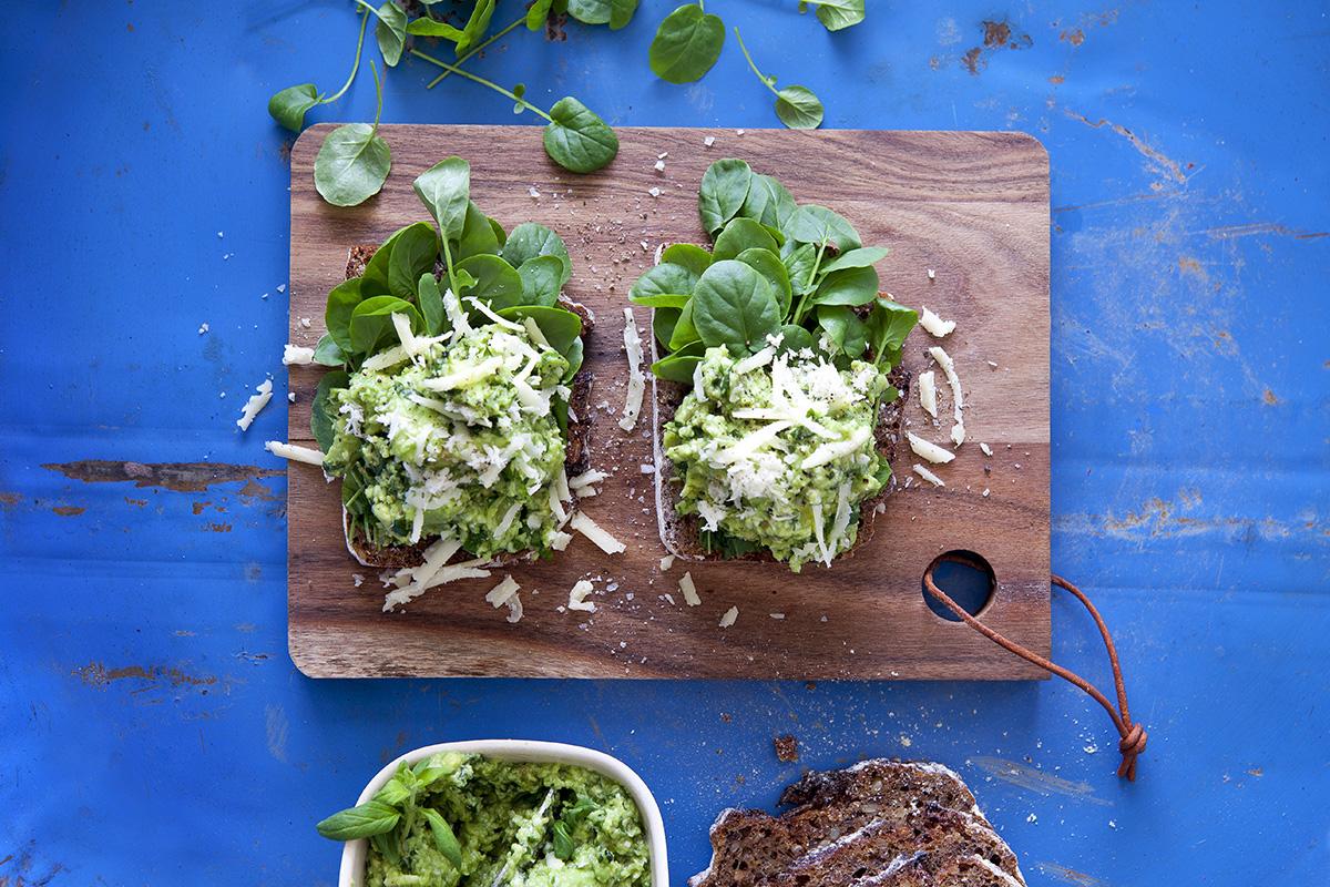 Rågmacka med Trädgårdskrasse, Mejram, avokado och lagrad svensk hårdost