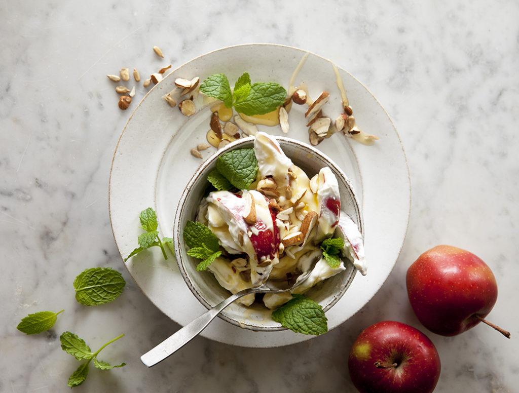 Myntayoghurt med äpplen och nötströssel
