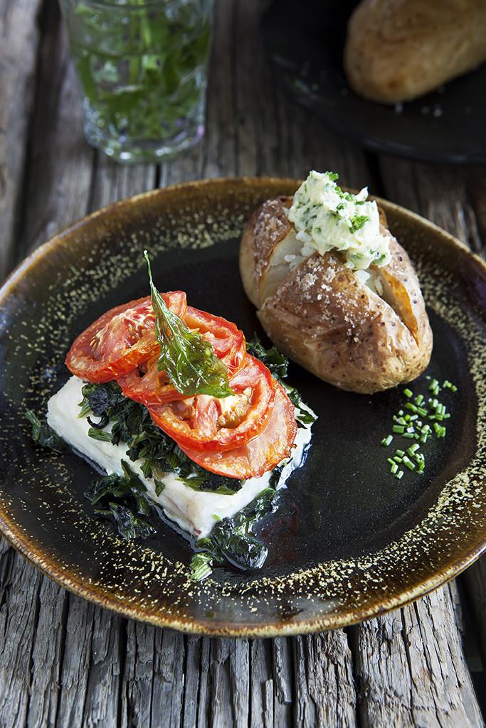 Ugnsbakad vit fisk och bakad potatis