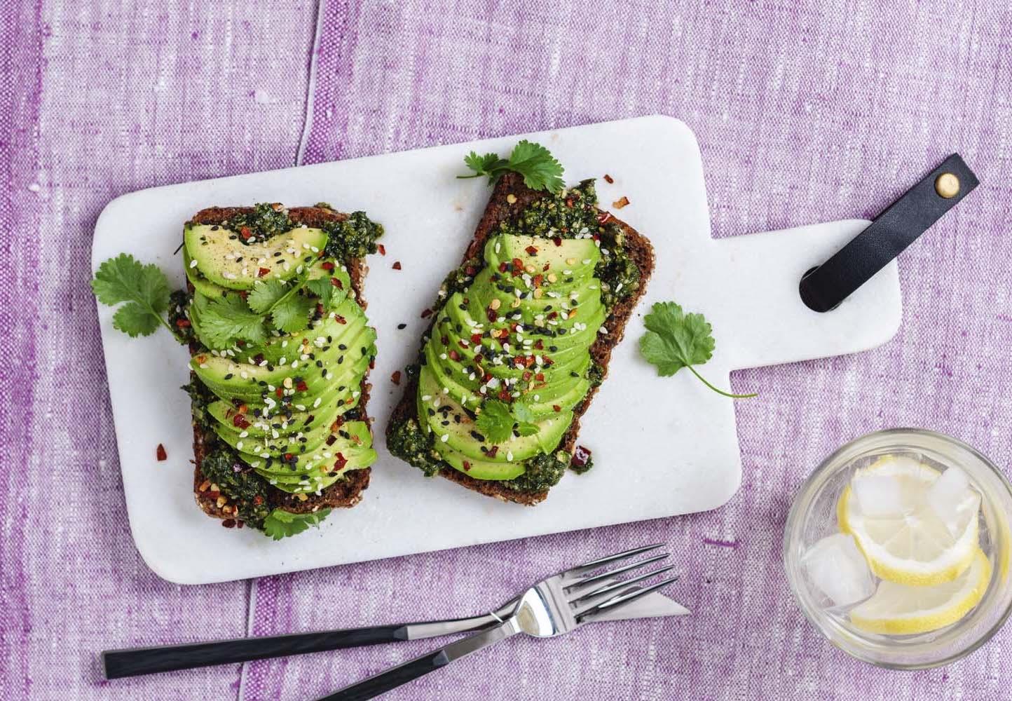Grov rågmacka med avokado, korianderpesto, chiliflakes och sesamfrön