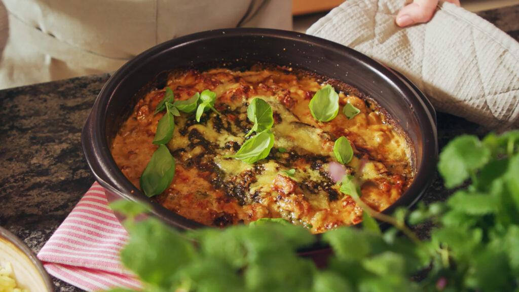 Torskgratäng med örtpesto, soltorkade tomater och Västerbottensost