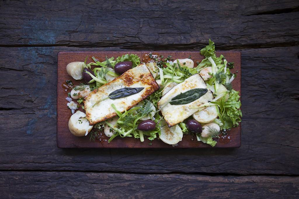 Potatis- och bönsallad med salviastekt halloumi och chilisalsa