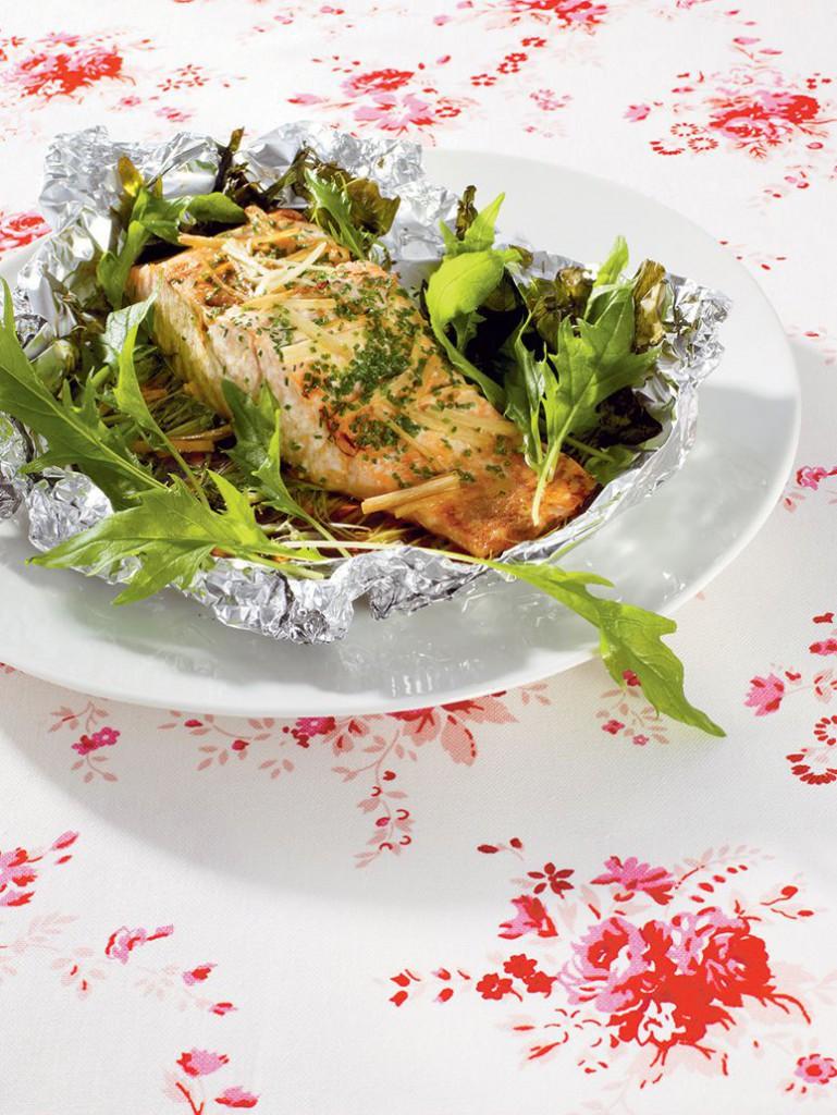 Lax och sallat i folie med vitlöksgräs och ingefära