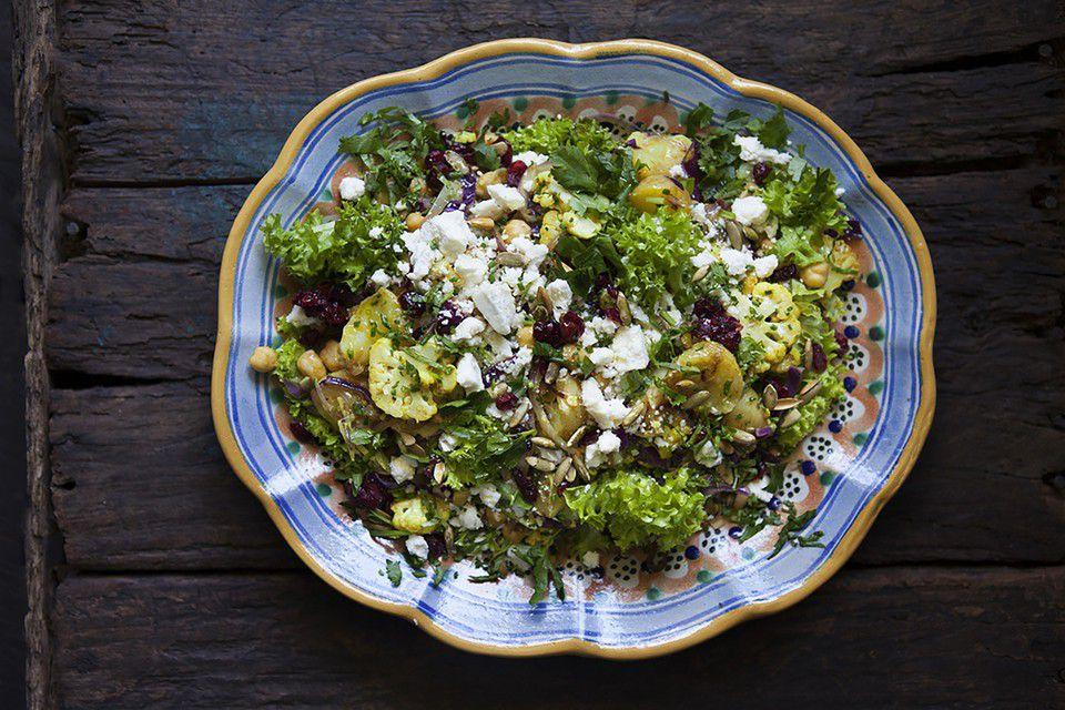 Ljummen Asparges Delikatesspotatis-, kikärts- och blomkålscurry sallad